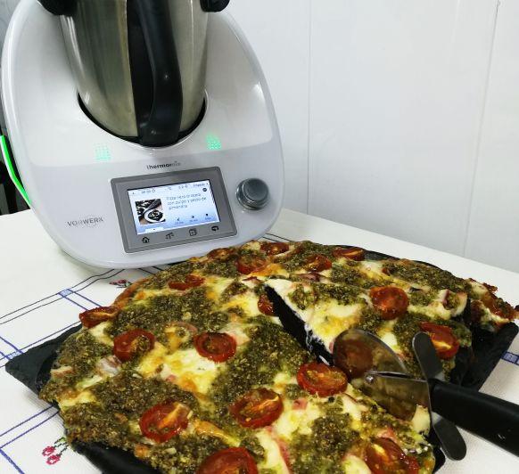 Una pizza original: nero di sepia con pulpo y pesto de almendra