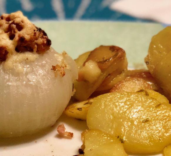 Cebollas rellenas de beicon y queso.