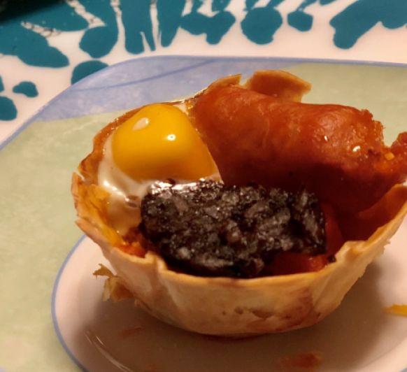 Tartaletas de verduras con chistorra, huevos de codorniz y morcilla de Burgos: no existe el mañana oiga